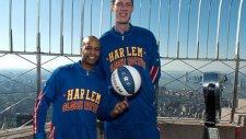 Dünyanın en uzun basketçisi potaya basıyor