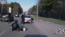 Dikkatsiz Motosikletli Polis Arabasına Vurdu