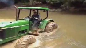 John Deere Traktor Steckt İm Fluss Fest