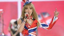 Taylor Swift Victoria's Secret Fashion Show'u Salladı!