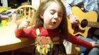 Babası İle Şarkı Söyleyen Sevimli Kız