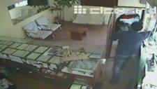 Kara çarşaflı soyguncu yakayı ele verdi