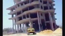 Yıkılan Bina Buldozerin Üstüne Çöktü
