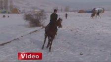 Erzurum'da kar üstünde oynanan cirit nefes kesti