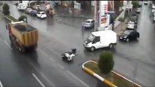 Dikkatsiz Sürücüler Kazalara Böyle Sebebiyet Verdi