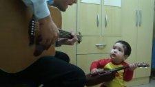 2 Yaşındaki Bebek Gitar Çaldı Şarkı Söyledi