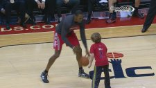 NBA'in Süpermen'i ufaklığa acımadı!