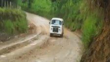 Çamurda Minibüsle Drift Yapmak