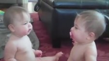 İkiz Bebeklerin Emzik Savaşı