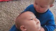 İkiz Bebeklerin İlk Kez Birbirlerini Öptüğü An