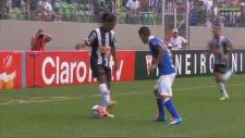 Ronaldinho'dan Sahada Dans..