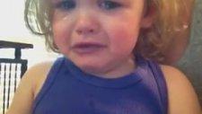 Anne ve Babasının Düğün Şarkısını Dinlerken Ağlayan Minik Kız