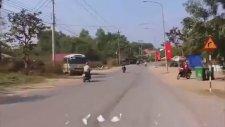 Vietnam'da Meydana Gelen Akıl Almaz Motor Kazası