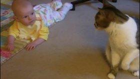 Bebeğe Bakan Kedi