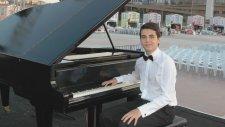Genç Piyanist ile Uşak Türküsü AY BULUTTA BULUT'TA Türkücü:ECE ON YEDİ BENLİ ŞADİYE'M Kültürel Detay