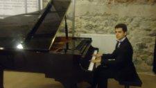 Gemilerde Talim Var Genç Piyanist İle Akustik Piyano Sound Çocuk Küçük Yetenekler Orjinal Üstad Mini