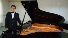 Genç Piyanist Çiftetelli Türkü Ve Oyun Havaları Ay Doğar Ayazlanır Sesi Çifte Telli Akustik Piyano