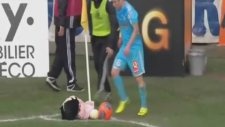 Futbol Sahasına Oyuncak Bebek Atan Seyirci