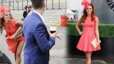 Elbisesini Kaldırıp Külotunu Gösterdi!