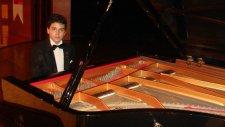 Koşan Çocuk Eseri Piyano İle Piyanist Resitali Küçük Minik Çocuklar Müzisyen Yetenek Mini Ufak Usta