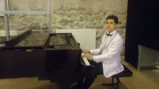 Siyah Beyaz Söyleşi Devinim Solo Piyano İlhan Baran Küçük Çocuk Piano Solo Piyanist Mini Minik Ufak