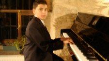 Hastane Önünde İncir Ağacı Çocuk Piyanist İle Yozgat Türküsü Piyano Küçük Minik Çocuklar Müzisyen Hd