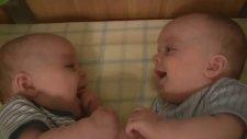 İkizler Birbirine Gülüyor