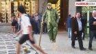 Sokak Sanatçısı Havada Asılı Kalabiliyor
