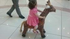 Küçük Kız Ata Biniyor