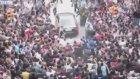 Başbakanın Konvoyu Böyle Tekmelendi   Erdoğan Soma'da Protesto Edildi! İşte O Anlar
