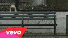 Sia - Chandelier ( Lyrics Video )