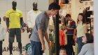 Alışveriş Merkezinde Şaka Yapmaya Çalışan Gençler
