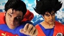 Superman ve Goku Kozlarını Rap Arenasında Paylaşıyor