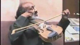 Kemanı Tersten Çalan Sokak Müzisyeni