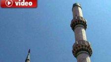 Deprem Sırasında Camii Minaresi Yıkıldı