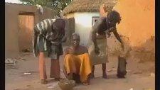 Afrika'da Baş Ağrısı Olan Kişilere Yapılan Yöntem