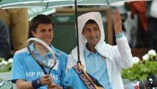 Yağmur Altında Djokovic Ve Top Toplayıcı Çocuk