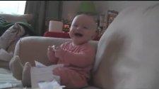 Kağıt Yırtıldıkça Gülen Bebek