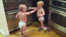 Tıklanma Rekoru Kıran İkiz Bebekler