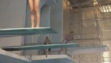 Havuza Atlayan Kız Fena Yandı