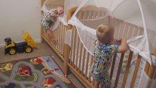 Yatmak İçin Yarışan İkiz Bebekler