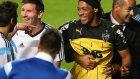 Çakma Ronaldinho sahaya daldı ve Messi'ye koştu!