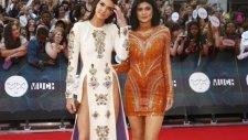 Kendall Jenner Derin Yırtmacıyla Kırmızı Halıda Büyüledi