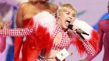 Miley Cyrus Amsterdam'da Seyircileri Çoşturdu