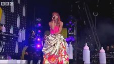 Lily Allen - As Long As I Got You At Glastonbury (Canlı Performans)