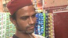 Hindistan'da Bir Garip Seyyarcılık - Kulak Temizleme