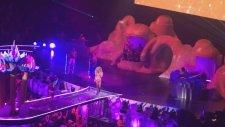 Lady Gaga's Artrave The Artpop Ball: Manicure Performansı