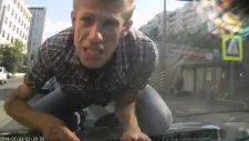 Sülük Gibi Arabaya Yapışan Çılgın Rus