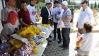 Maden şehitliğinde çocuklara ve ziyaretçilere hediye ve gül verdiler - SOMA
