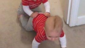 Timsah Yürüyüşü Yapan Bebekler